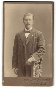 Fotografie Gustaf Nilsson, Boras, Portrait junge Herr in zeitgenöss. Garderobe