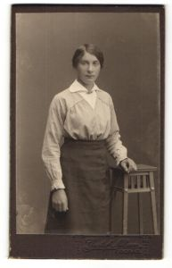 Fotografie Gustaf Nilsson, Boras, Portrait junge Frau in zeitgenöss. Garderobe