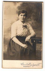 Fotografie Carl Lindquist, Boras, Portrait junge Frau in zeitgenöss. Garderobe