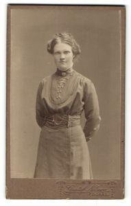 Fotografie Gustaf Nilsson, Boras, Portrait junge Dame in zeitgenöss. Garderobe