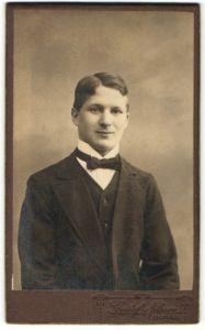 Fotografie Gustaf Nilsson, Boras, Portrait junge halbwüchsiger Knabe in Anzug