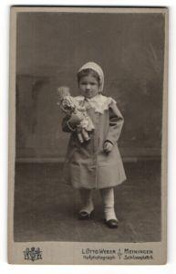 Fotografie L. Otto Weber, Meiningen, Portrait kleines Mädchen mit Puppe