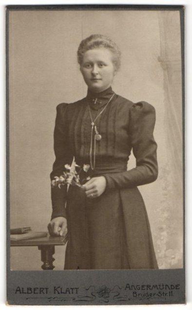 Fotografie Albert Klatt, Angermünde, Portrait junge Frau mit zusammengebundenem Haar