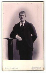 Fotografie Axel Larson, Göteborg, Portrait junger Mann in Anzug