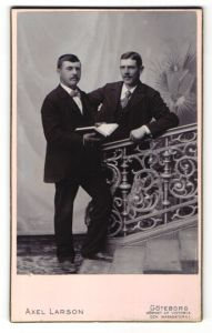 Fotografie Axel Larson, Göteborg, Portrait zwei Männer in Anzügen