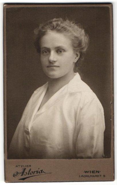 Fotografie Atelier Astoria, Wien, Portrait junge Frau mit zusammengebundenem Haar