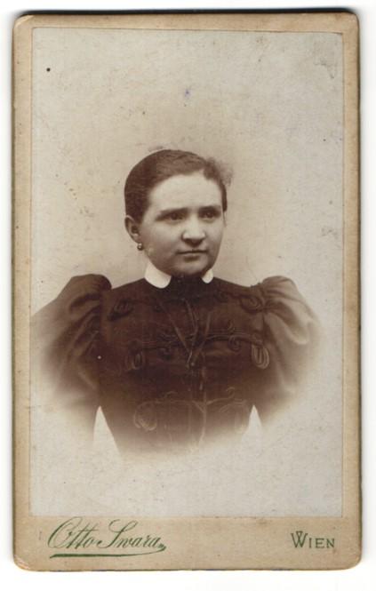 Fotografie Otto Swara, Wien, Portrait junge Frau in festlicher Kleidung