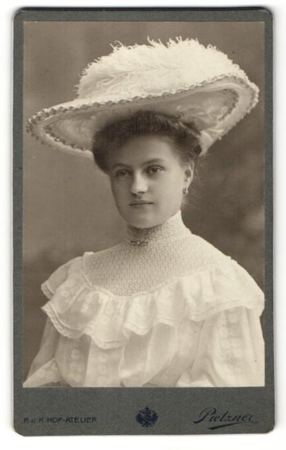 Fotografie C.Pietzner, Wien, Portrait junge Dame mit modischem Hut