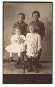Fotografie Victor Malmberg, Mölndal, Portrait zwei Knaben und zwei kleine Mädchen