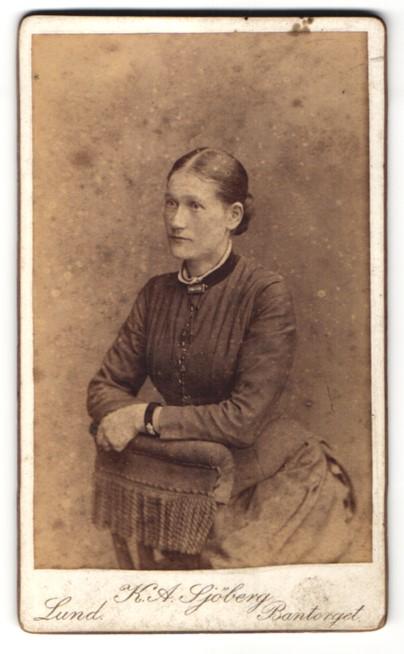 Fotografie K. A. Sjöberg, Lund, Portrait junge Frau mit zusammengebundenem Haar