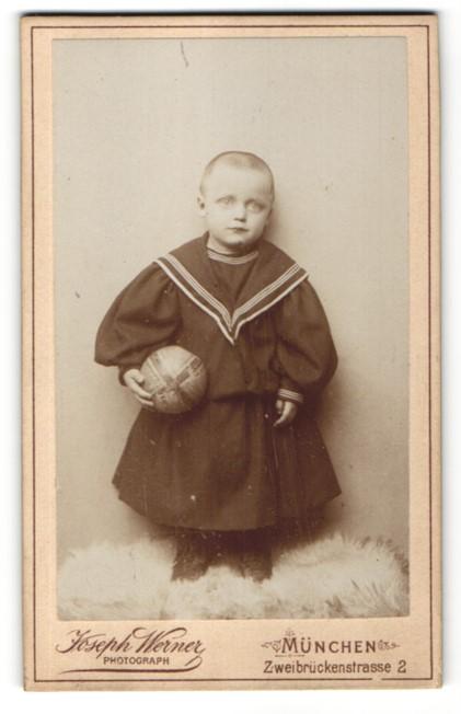 Fotografie Joseph Werner, München, Portrait Kind mit rasiertem Schädel und Gummiball