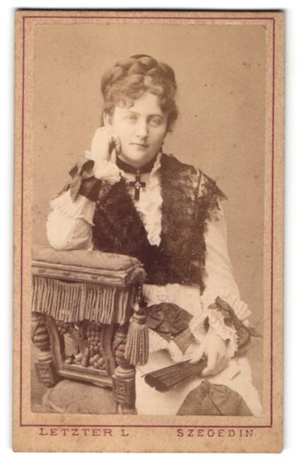Fotografie L. Letzter, Szegeden, Portrait Dame mit geflochtenem Haar