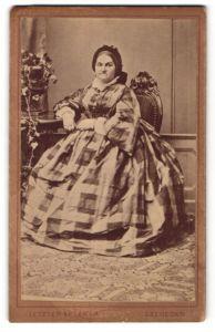 Fotografie Letzter es Társa, Szegeden, Portrait Dame in kariertem Kleid