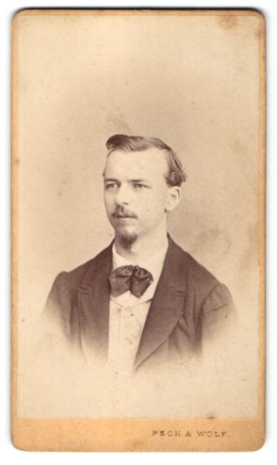 Fotografie Pech & Wolf, Budweis, Portrait junger Mann mit zeitgenöss. Frisur