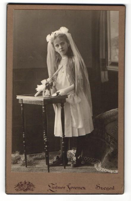 Fotografie Lintner Ferencz, Szeged, Portrait Mädchen in festlicher Kleidung mit Schleier