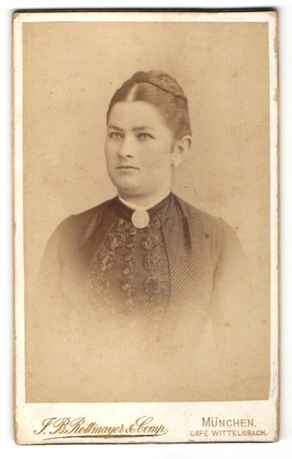 Fotografie J. B. Rottmayer & Comp., München, Portrait junge Frau mit zusammengebundenem Haar