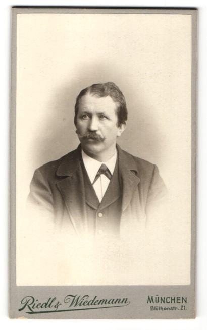 Fotografie Riedl & Wiedemann, München, Portrait Herr mit Schnauzbart