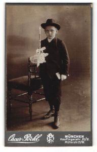 Fotografie Oscar Pöckl, München, Portrait Knabe in festlicher Kleidung mit Hut