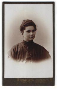 Fotografie Oscar Pöckl, München, Portrait Fräulein mit zusammengebundenem Haar