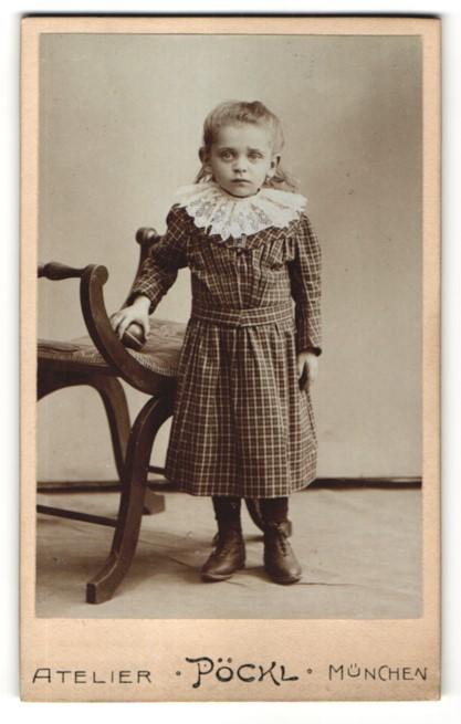 Fotografie Atelier Pöckl, München, Portrait kleines Mädchen in kariertem Kleid
