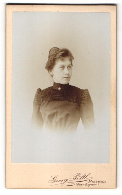 Fotografie Georg Pöltl, Miesbach i/Oberbayern, Portrait Dame mit zeitgenöss. Frisur