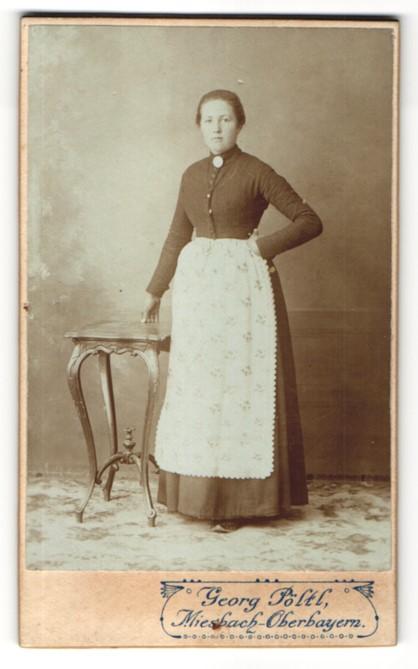 Fotografie Georg Pöltl, Miesbach i/Oberbayern, Portrait junge Frau in Alltagskleidung
