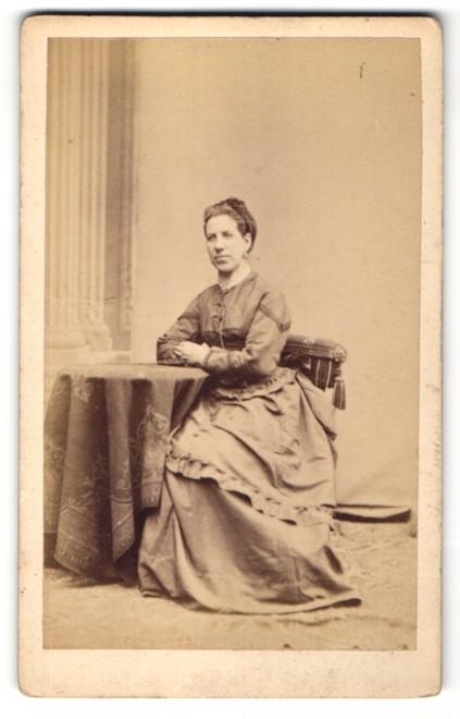 Fotografie Franz Neumayer, München, Portrait Dame mit zusammengebundenem Haar