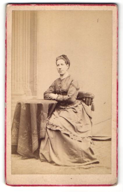 Fotografie Franz Neumayer, München, Portrait Dame in Kleid
