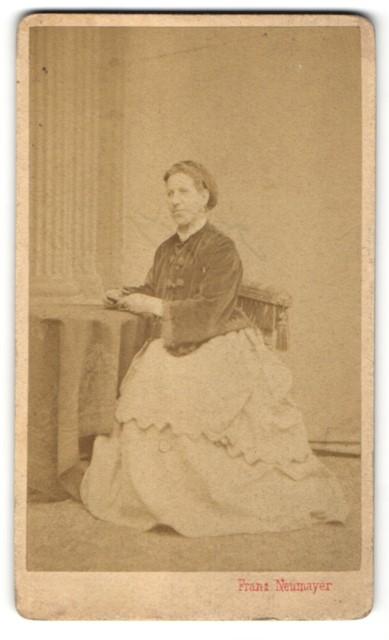 Fotografie Franz Neumayer, München, Portrait Frau in zeitgenöss. Mode