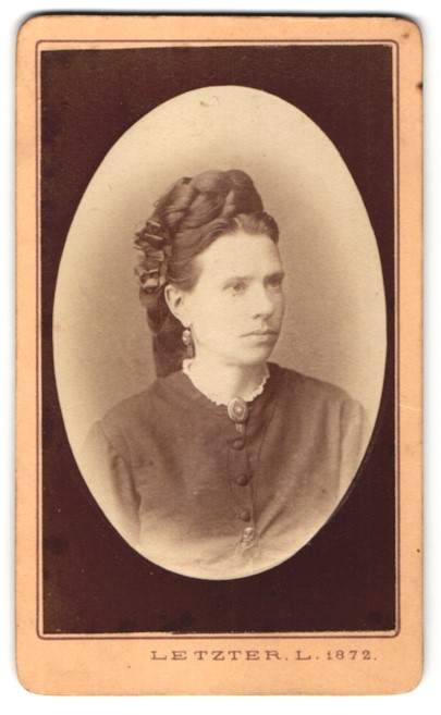 Fotografie Letzter L., Szegeden, Portrait junge Dame mit aufwendiger Frisur