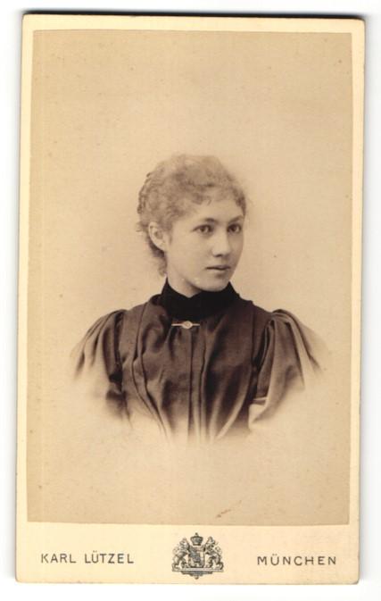 Fotografie Karl Lützel, München, Portrait Fräulein mit zusammengebundenem Haar