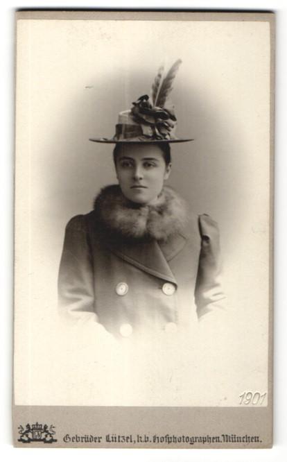 Fotografie Gebrüder Lützel, München, Portrait junge Dame mit modischen Hut