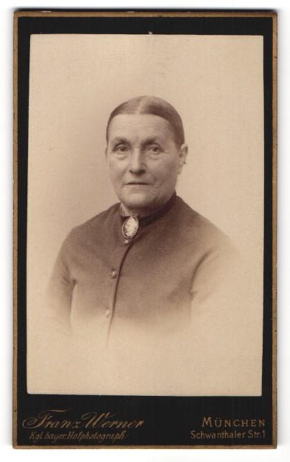 Fotografie Franz Werner, München, Portrait betagte Dame mit Medaillon