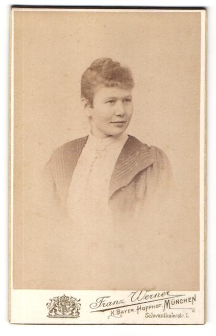 Fotografie Franz Werner, München, Portrait junge Frau mit zusammengebundenem Haar