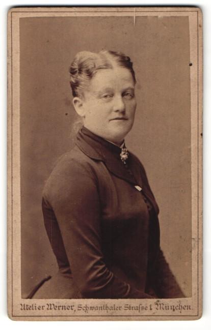Fotografie Atelier Werner, München, Portrait Frau mit zeitgenöss. Frisur