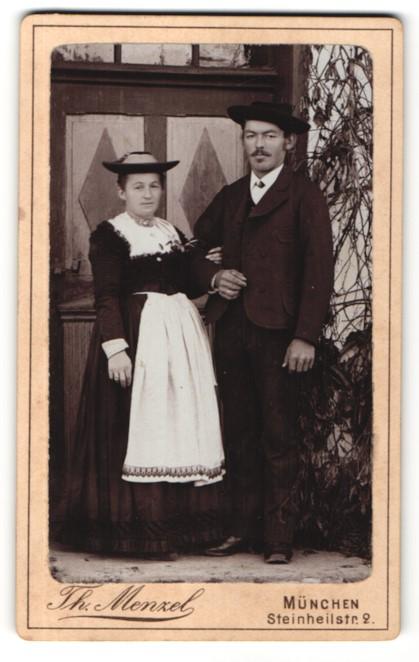 Fotografie Th. Menzel, München, Portrait Paar in traditioneller Garderobe