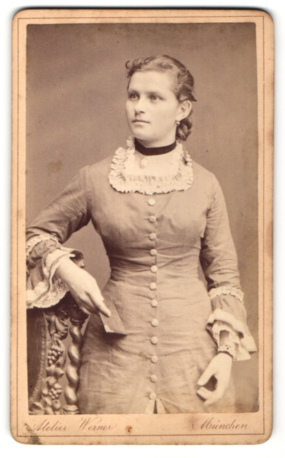 Fotografie Atelier Werner, München, Portrait junge Frau mit zusammengebundenem Haar
