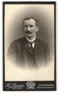 Fotografie H. Simson, Rosenheim, Portrait bürgerlicher Herr im Anzug mit Zwirbelbart