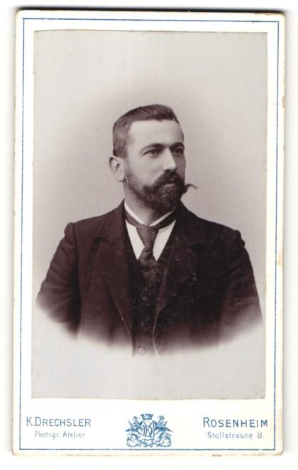 Fotografie K. Drechsler, Rosenheim, Portrait Herr mit Vollbart im Anzug mit Krawatte