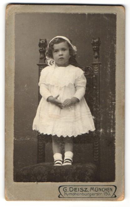 Fotografie G. Deisz, München, Portrait niedliches kleines Mädchen im Festkleid