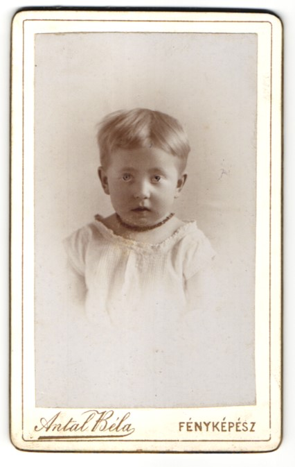 Fotografie Antal Bela, Szekesfehervar, Portrait niedliches Kleinkind mit Kette