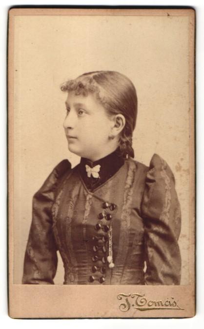 Fotografie J. Tomas, Prag, Portrait junge Frau in edler Bluse mit Brosche
