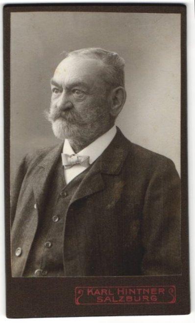 Fotografie Karl Hintner, Salzburg, Portrait betagter charmanter Herr mit Vollbart und Fliege im Jackett