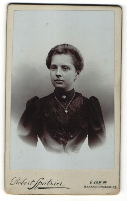 Fotografie Robert Spatzier, Eger, Portrait dunkelhaarige junge Schönheit mit Halskette und Brosche