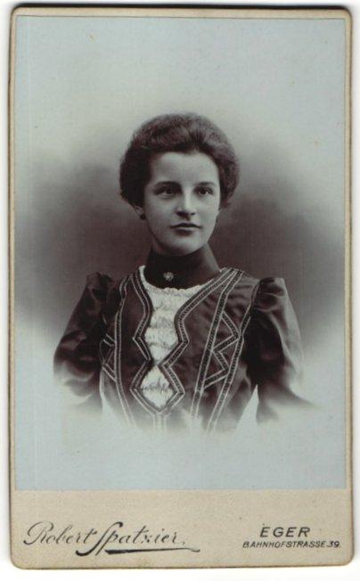 Fotografie Robert Spatzier, Eger, Portrait schönes Fräulein in elegant bestickter Bluse