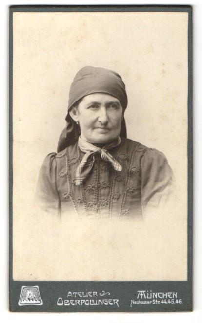 Fotografie Atelier Oberpollinger, München, Portrait betagte Dame mit Kopftuch und Schleife am Kragen