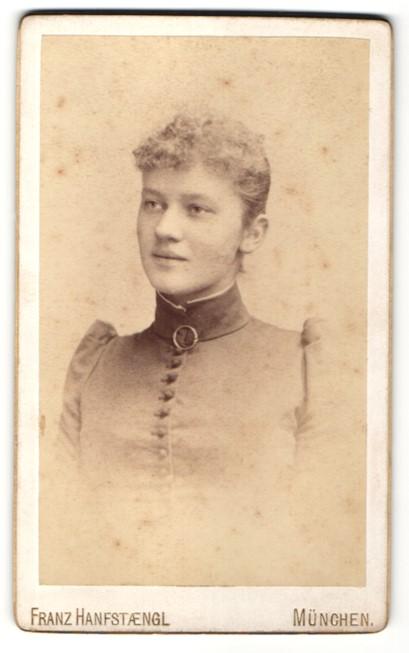 Fotografie Franz Hanfstaengl, München, Portrait lächelnde blonde junge Frau mit lockigem Haar