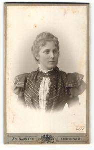 Fotografie Ad. Baumann, München, Portrait blondes Fräulein in prachtvoll bestickter Bluse mit Brosche