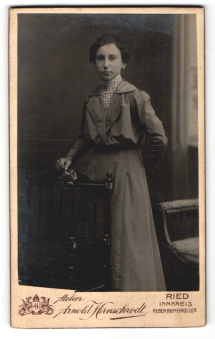 Fotografie Arnold Hirnschrodt, Ried / Innkreis, Portrait dunkelhaarige junge Frau mit Blume im Kleid