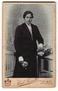 Fotografie Karl Posselt, Ried / Innkreis, Portrait dunkelhaarige junge Frau mit Blume im schwarzen Kleid